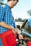Giovane tipo che riempie la sua automobile Fotografia Stock Libera da Diritti