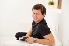 Giovane tipo che usando diario Fotografia Stock