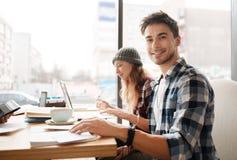 Giovane tipo con i suoi colleghi al caffè Immagini Stock Libere da Diritti