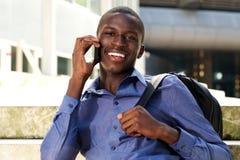 Giovane tipo nero bello che fa una telefonata Immagini Stock Libere da Diritti