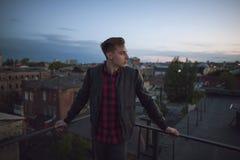 Giovane tipo sul tetto alla notte immagini stock libere da diritti