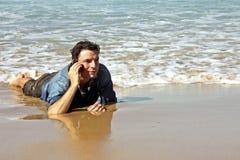 Giovane tirante che fa un phonecall in acqua Immagine Stock Libera da Diritti