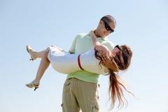 Giovane tirante che trasporta la sua amica in sue braccia Fotografie Stock