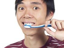 Giovane toothbrush asiatico della holding dell'uomo Fotografia Stock