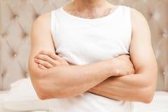 Giovane torso maschio con le mani dell'incrocio fotografie stock