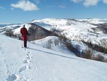 Giovane trekker in montagne carpatiche Immagini Stock