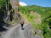 Giovane trekking delle viandanti in Svaneti, Fotografie Stock Libere da Diritti