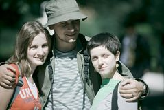 Giovane trio sul viaggio di campeggio Immagine Stock