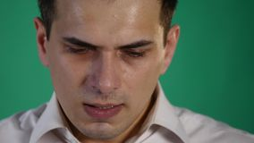Giovane triste che inizia a gridare, su un fondo verde dello studio dello schermo Fine in su stock footage