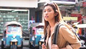 Giovane turista che cammina e che fa un giro turistico a Bangkok, Tailandia stock footage