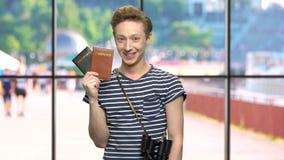 Giovane turista felice che tiene i passaporti archivi video