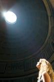 Giovane turista femminile dentro il panteon a Roma Fotografie Stock Libere da Diritti