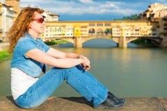 Giovane turista femminile sui precedenti del Ponte Vecchio nella F Immagini Stock