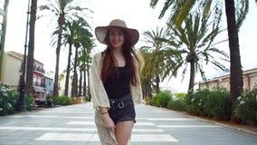 Giovane turista sorridente grazioso della donna che cammina e che gode del giorno di estate soleggiato video d archivio