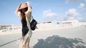 Giovane turista sorridente grazioso della donna che cammina e che gode del giorno di estate soleggiato stock footage