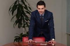 Giovane ufficio bello di Portrait In His dell'uomo d'affari Immagine Stock Libera da Diritti