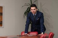 Giovane ufficio bello di Portrait In His dell'uomo d'affari Immagini Stock Libere da Diritti