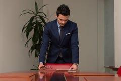 Giovane ufficio bello di Portrait In His dell'uomo d'affari Fotografie Stock