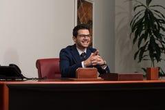 Giovane ufficio bello di Portrait In His dell'uomo d'affari Immagini Stock