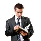 Giovane in un vestito che legge un libro Fotografia Stock