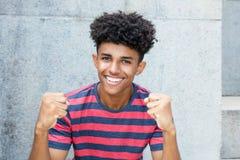 Giovane uomo adulto afroamericano incoraggiante Immagine Stock