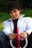 Giovane uomo adulto nel bianco, su un campo da giuoco Fotografie Stock Libere da Diritti