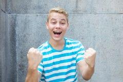 Giovane uomo adulto tedesco incoraggiante con capelli biondi colorati Fotografia Stock Libera da Diritti
