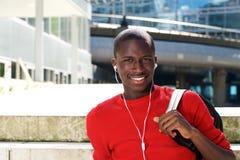 Giovane uomo africano che si siede all'aperto Immagini Stock Libere da Diritti