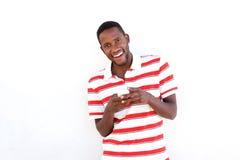 Giovane uomo africano con il telefono cellulare Immagine Stock