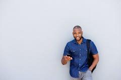 Giovane uomo africano fresco con il telefono cellulare Immagine Stock Libera da Diritti