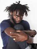Giovane uomo afroamericano bello, sguardo arrabbiato, drogato dell'erbaccia su bianco, problema adolescente, greef di depressione Fotografia Stock Libera da Diritti