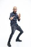 Giovane uomo afroamericano calvo divertente che mostra scossa di karatè fotografia stock libera da diritti