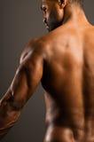 Giovane uomo afroamericano che flette il tricipite Fotografia Stock