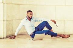 Giovane uomo afroamericano che lavora al computer portatile Fotografia Stock Libera da Diritti