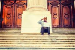 Giovane uomo afroamericano che lavora fuori a New York Immagine Stock Libera da Diritti