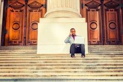 Giovane uomo afroamericano che lavora fuori a New York Fotografia Stock