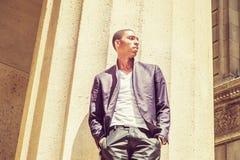 Giovane uomo afroamericano che pensa fuori a New York Immagine Stock