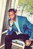 Giovane uomo afroamericano che pensa fuori a New York Fotografia Stock