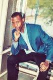 Giovane uomo afroamericano che pensa fuori a New York Immagini Stock Libere da Diritti