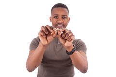 Giovane uomo afroamericano che rompe una sigaretta Fotografia Stock Libera da Diritti