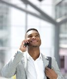 Giovane uomo afroamericano che sorride con il telefono cellulare Fotografia Stock Libera da Diritti