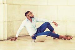 Giovane uomo afroamericano con la barba che lavora al computer portatile Immagini Stock Libere da Diritti