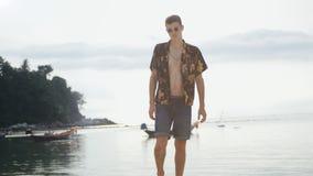 Giovane uomo alla moda ai precedenti del mare alle barche fotografia stock libera da diritti