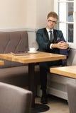 Giovane uomo alla moda bello in caffè con caffè Fotografia Stock Libera da Diritti