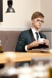 Giovane uomo alla moda bello in caffè con caffè Immagini Stock