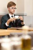 Giovane uomo alla moda bello in caffè con caffè Fotografie Stock Libere da Diritti