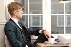 Giovane uomo alla moda bello in caffè con caffè Immagine Stock Libera da Diritti