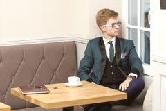 Giovane uomo alla moda bello in caffè con caffè Fotografia Stock