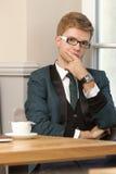 Giovane uomo alla moda bello in caffè con caffè Immagini Stock Libere da Diritti