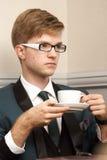 Giovane uomo alla moda bello in caffè con caffè Fotografie Stock